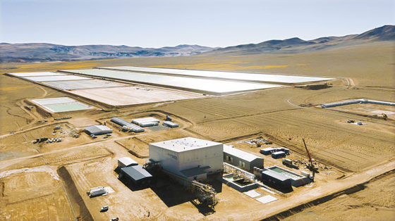 포스코가 보유하고 있는 아르헨티나 '옴브레 무에르토' 염호의 리튬 매장량은 1350만t에 달하는 것으로 평가됐다. 전기차 약 3억7000만대를 생산할 수 있는 수준이다. 사진은 아르헨티나 리튬 데모플랜트 모습. [사진 포스코그룹]