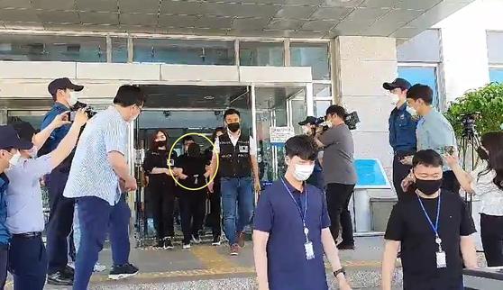 지난해 6월 10일 경찰이 9살 의붓아들을 여행가방에 감금해 숨지게 한 혐의로 구속된 40대 계모(원안)를 검찰로 송치하고 있다. 신진호 기자