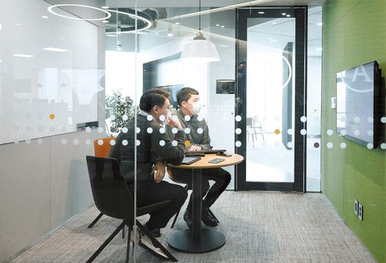 푸르덴셜생명은 올해를 디지털 혁신의 원년으로 삼고 보험 업계 최초로 전사 스마트오피스를 도입했다. 좌율좌석제를 운영하고, 층별로 업무 공간을 분리해 효율성을 높인다.  [사진 푸르덴셜생명]