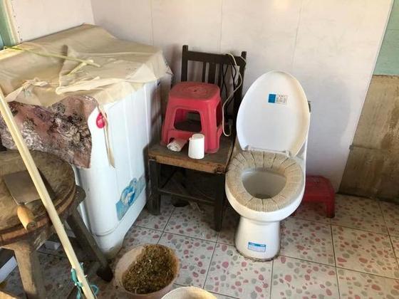 중국에서 야심차게 추진한 '화장실 공정'이 관료주의의 벽에 막혀 제대로 진척되지 않고 있다는 보도가 나왔다. 의자, 화분 등 사이에 설치된 한 화장실의 모습.[웨이보]