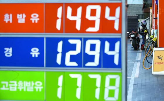전국 휘발유 평균가격이 10주 연속으로 상승세를 보이고 있다. 석유공사 오피넷에 따르면 1월 넷째 주(25~28일) 전국 주유소 평균 휘발윳값은 1450.5원으로 전주보다 L당 3.3원 올랐다. 사진은 서울 시내 한 주유소 모습. [연합뉴스]