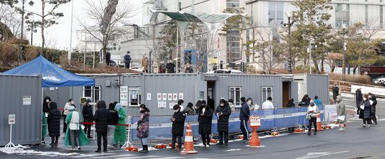 30일 오전 서울 성동구 한양대병원에서 직원과 의료진, 시민들이 신종 코로나바이러스 감염증(코로나19) 검사를 받기 위해 줄 서 있다. 뉴스1