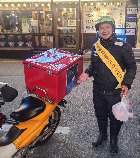 김인국씨는 불조심 강조를 알리는 어깨띠를 착용하고 오토바이에도 화재 예방 포스터를 붙인 채 배달 업무를 했다. 포스터에는 '소방안전에 안전지대는 없습니다'라고 쓰여있다. [김인국씨 제공]