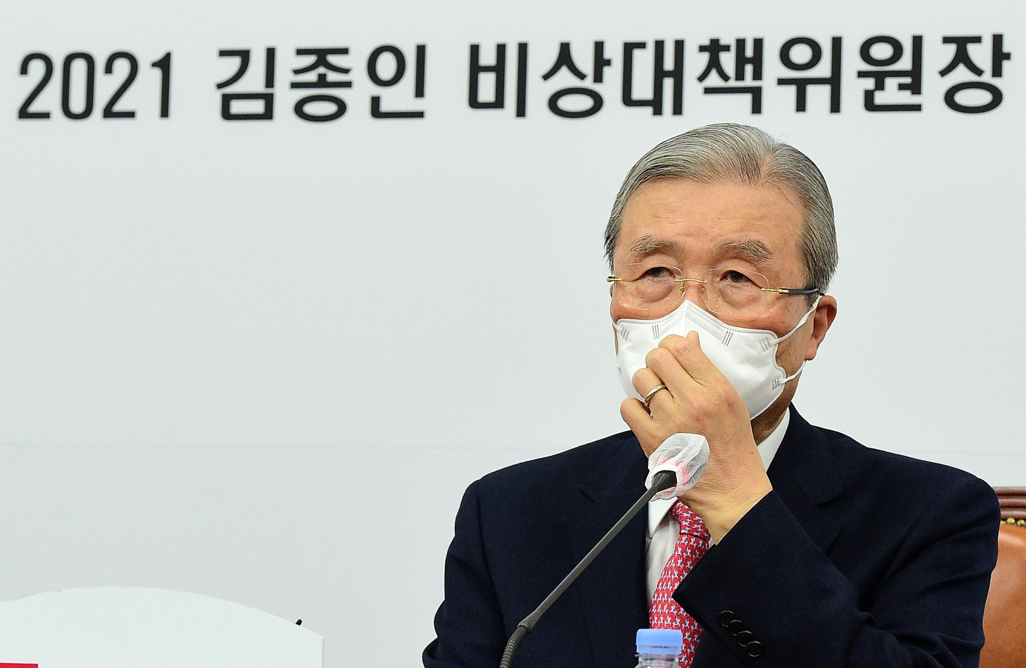 국민의힘 김종인 비상대책위원장이 27일 국회에서 열린 신년 기자회견에서 취재진의 질문을 듣고 있다. 연합뉴스