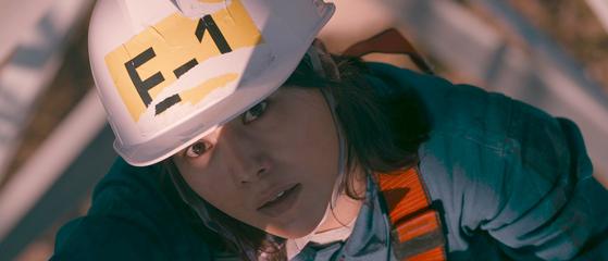 영화 '나는 나를 해고하지 않는다'에서 주인공 정은은 사무직으로 일하다 갑자기 하청업체 현장직으로 부당 파견된다. [사진 영화사 진진]