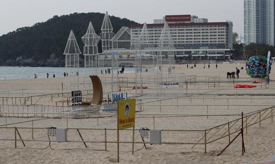 해운대 빛축제가 잠정 연기되자 부산 해운대해수욕장에 설치된 시설물이 방치돼 있다. 송봉근 기자