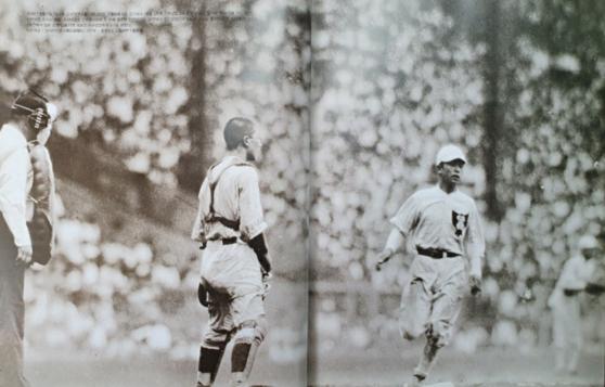 1938년 8월 17일 제24회 고시엔 대회 2회전 하관상업과의 경기에서 인천상업고 3루 주자가 홈을 밟으며 점수를 얻고 있다. [인천고등학교]