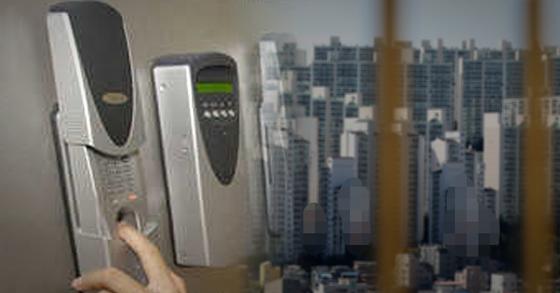 서울 시내 한 아파트에서 도어락을 여는 모습. 기사의 내용과 관련 없음. [연합뉴스]