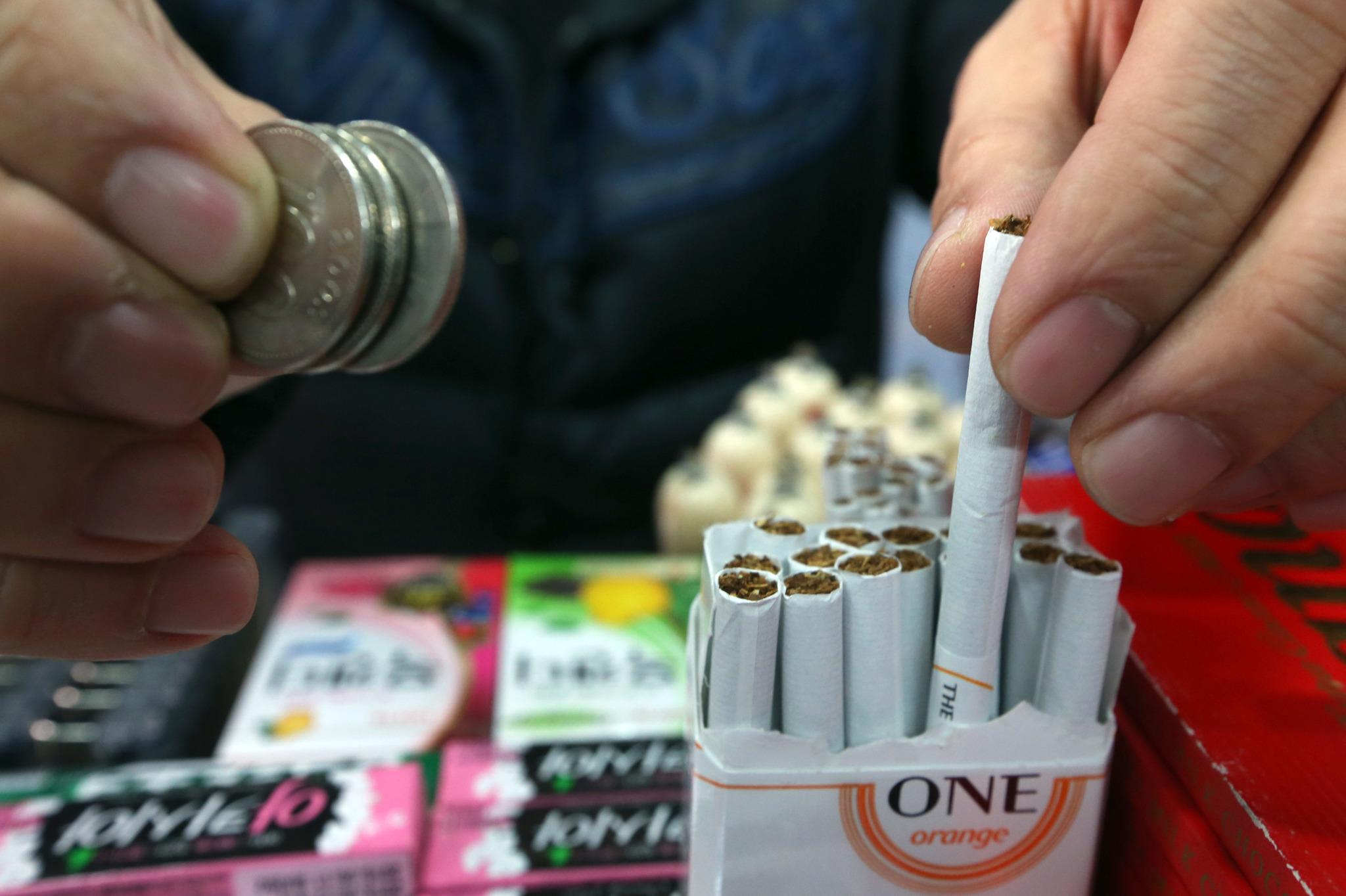 2015년 당시 담뱃값 인상으로 가판대에서 개비 담배 판매가 늘었다. 1개 300원.중앙포토