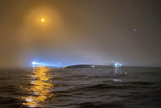 31일 오전 전북 군산시 십이동파도 인근 해상에서 해경이 실종 선원을 수색하고 있다. 군산해경 제공=연합뉴스