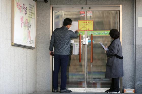 31일 오전 광주 서구 안디옥교회에서 방역당국 관계자가 내부를 살펴보고 있다. 안디옥교회에서 발생한 집단 감염 확진자는 모두 86명으로 늘었다.연합뉴스