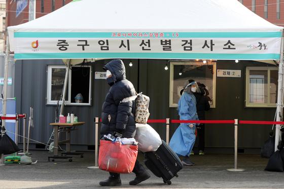 31일 오전 서울 중구 서울역광장에 마련된 신종 코로나바이러스 감염증(코로나19) 임시선별진료소 앞에서 노숙인이 발걸음을 옮기고 있다.  방역당국이 최근 서울 소재 노숙인 이용시설에서 전수검사를 실시한 결과 확진자 수는 21명으로 나타났다.  중앙재난안전대책본부는 전국 노숙인이 만 천여 명, 쪽방 주민은 5,600여 명에 달한다며 코로나19 검사를 강화하겠다고 밝혔다. 뉴스1