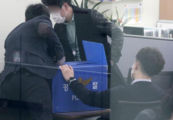 1일 오후 경기도 성남시청에서 경기남부경찰청 반부채경제범죄수사대원들이 은수미 시장의 채용비리 의혹 관련 압수수색을 하고 있다. 뉴스1