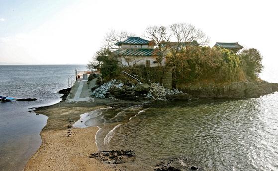 조선 초 무학대사가 창건한 암자로 알려진 간월암. 만조 때 물에 잠겨 섬이 되었다가 썰물이 되면 육지와 연결돼 걸어서 갈 수 있다. 중앙포토