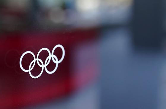 지난 달 21일 일본 도쿄 올림픽 박물관의 창문에 비친 올림픽 마크. [EPA=연합뉴스]