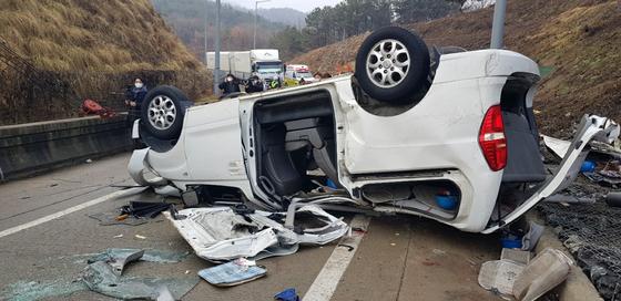 1일 오전 8시 21분쯤 대전 유성구 안산동 부근 당진~영덕고속도로 남세종 나들목에서 스타렉스가 전복돼 12명의 사상자가 발생했다. 사진 한국도로공사