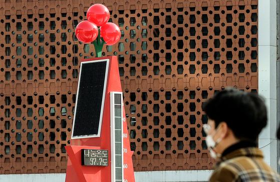 코로나19 여파에도 펄펄 끓는 온정. 서울광장에 설치된 사회복지공동모금회 사랑의 온도탑이 지난달 14일 97.7도를 나타내고 있다. 현재 100도를 넘었다. 중앙포토