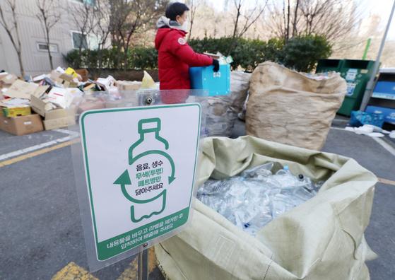 지난달 5일 서울 시내 한 아파트 분리수거장에서 주민이 플라스틱 쓰레기를 버리고 있다. [뉴스1]
