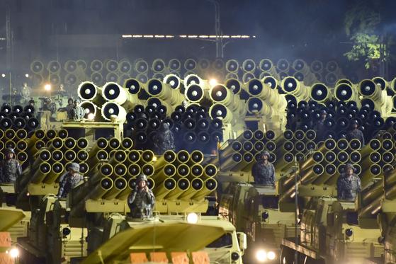 북한은 지난해 10월 10일 노동당 창건 75주년을 맞아 진행된 열병식에서 신형 대륙간탄도미사일(ICBM)과 신형 잠수함발사탄도미사일(SLBM), 초대형 방사포, 대구경 조종방사포 등 여러 종류의 무기를 공개했다. 사진은 한반도 전역을 사정권으로 둔 초대형 방사포 등을 탑재한 차량이 이동하는 모습. [뉴스1]
