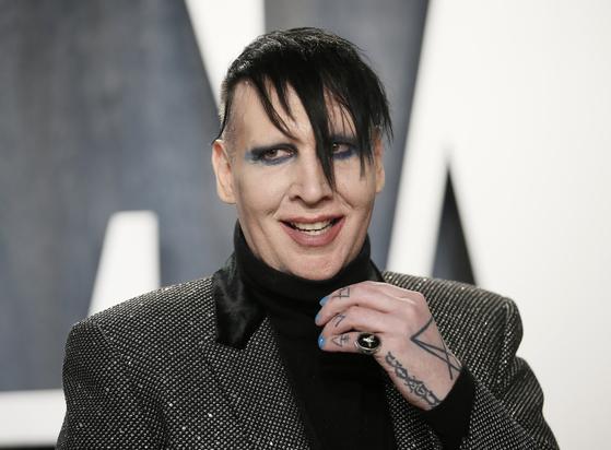 미국 록 가수 마릴린 맨슨이 학대·성폭력을 가했다는 논란에 휩싸였다. [로이터=연합뉴스]