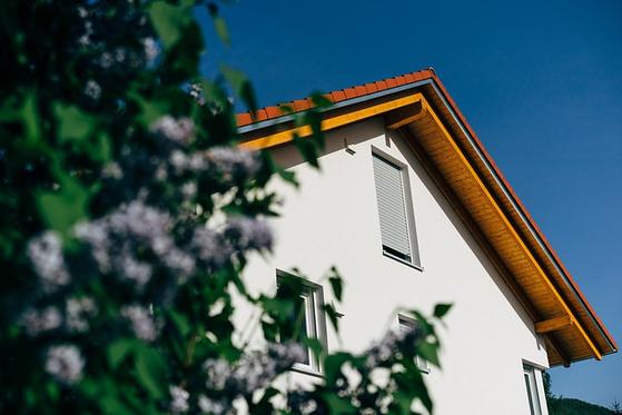 인별 과세하는 종부세를 줄이기 위해선 단독명의로 돼 있는 주택 일부를 부인에게 증여해 명의를 분산하는 것이 좋다. [사진 pixabay]