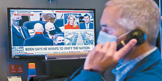 조 바이든 미국 대통령 취임 첫날인 20일(현지시간) 뉴욕증권거래소 딜링룸 스크린에 바이든 대통령의 취임식 장면이 나오고 있다. [AP=연합뉴스]