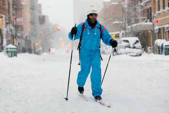 뉴욕 이스트 빌리지에서 스키를 타고 이동하는 한 남성. 로이터=연합뉴스