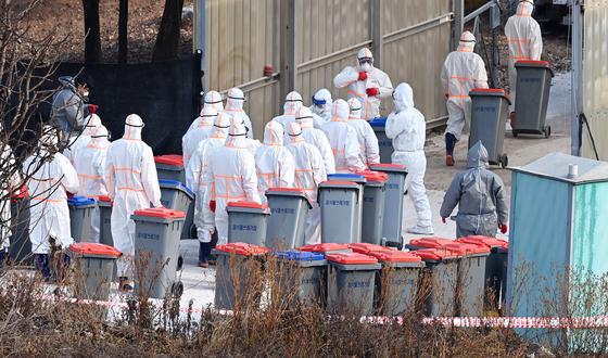 지난해 12월 7일 경기 여주시 가남읍 한 산란계 농장에서 조류인플루엔자(AI)가 발생해 방역 당국 관계자들이 살처분 진행을 위해 농장으로 들어가고 있다. 뉴시스