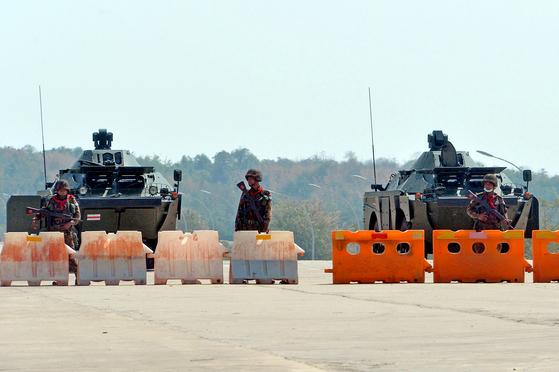 1일 미얀마 수도 네피도의 국회의사당 앞에서 군인들이 장갑차 앞에 바리케이드를 치고 도로를 통제하고 있다. 군부는 아웅산 수지 국가고문을 구금하고 권력을 장악했지만 수지 고문은 국민에게 저항을 촉구했다. [AFP=연합뉴스]