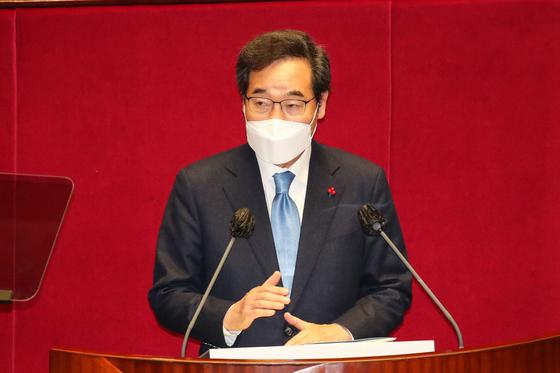 이낙연 더불어민주당 대표가 2일 오전 국회에서 열린 본회의에서 자신이 '국민생활기준 2030' 신(新)복지 구상을 밝히고 있다. 오종택 기자