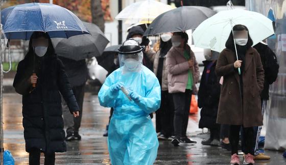 지난달 26일 대전 서구보건소에 마련된 선별진료소에서 의료진이 분주한 모습을 보이고 있다. 뉴스1