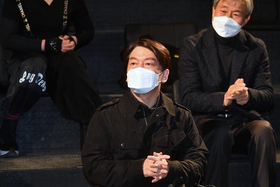 안철수 국민의당 대표가 2일 오전 서울 대학로 한 소극장에서 열린 문화예술인들과 현장간담회에 참석했다. 안 대표는 1일 금태섭 전 의원과 '3지대 단일화' 논의와 관련해 통화했다. 오종택 기자