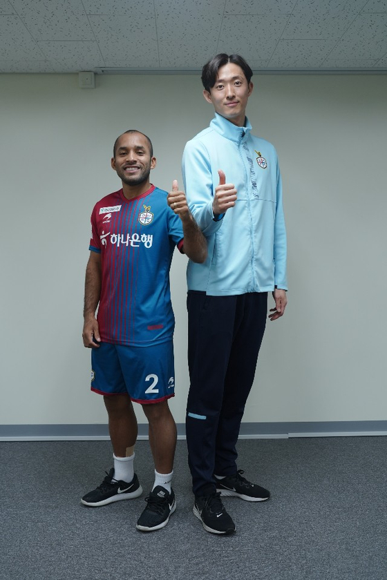 대전 에디뉴(왼쪽)가 팀 동료인 골키퍼 박주원(1m92cm) 옆에 섰다. 키 1m58cm인 에디뉴가 34cm 작다. [사진 대전하나시티즌]
