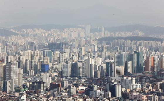 서울에 빼곡히 들어선 아파트. 현 정부 들어 입주 물량이 대폭 늘었지만 수요 대비 공급 부족은 더 심해졌다. [연합뉴스]