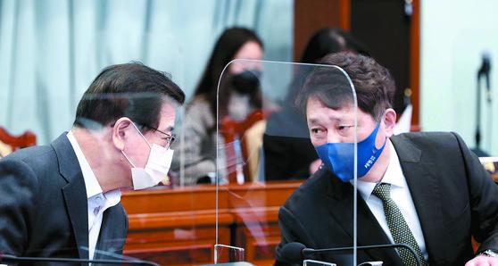 """서훈 국가안보실장(왼쪽)과 최재성 청와대 정무수석이 2일 열린 국무회의에서 대화하고 있다. 이날 최 수석은 정부가 극비리에 북한 원전 건설을 추진했다는 야당의 주장에 대해 """"야당도 명운을 걸어야 된다""""며 야당의 책임을 전제로 한 USB의 조건부 공개 가능성을 언급했다. [청와대사진기자단]"""