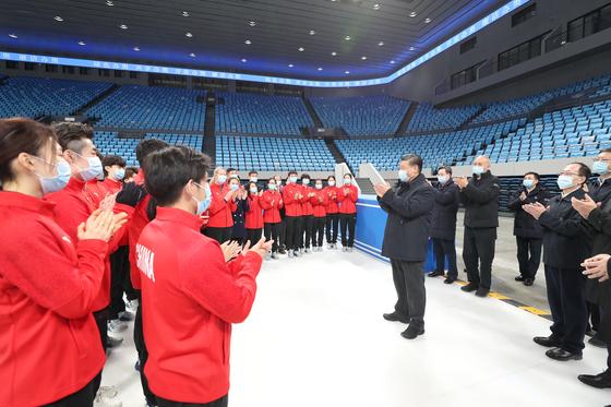 지난달 18일 베이징올림픽 아이스하키 경기가 열리는 수도경기장을 둘러보는 시진핑 주석. [신화=연합뉴스]