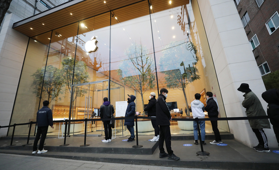 지난해 11월 서울 강남구 가로수길 애플스토어에서 아이폰12 예약구매 고객이 줄을 서고 있다. 뉴스1