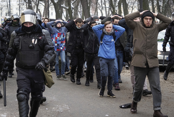 지난달 31일(현지시간) 상테페테르부르크에서 러시아 경찰이 '나발니 석방 요구 시위'에 참여한 사람들을 체포하고 있다. [AP=연합뉴스]