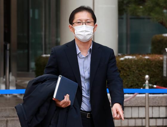 지난달 13일 오후 서울 서초구 서울중앙지법에서 박준영 변호사가 선고 공판을 마친 뒤 법원을 나서고 있다. [뉴스1]