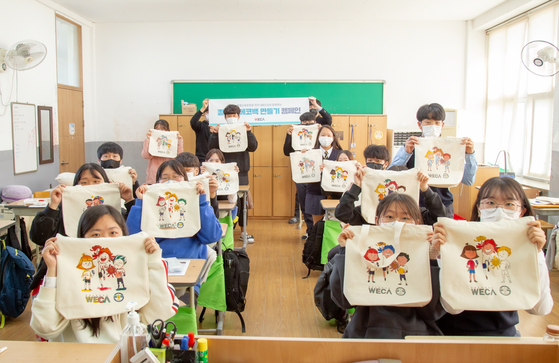국원고 학생들이 직접 만든 에코백을 보여주고 있다. [사진 충북교육청]