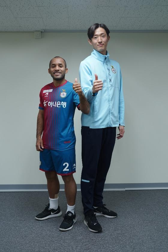 대전 에디뉴(왼쪽)가 팀 동료인 골키퍼 박주원(1m92㎝) 옆에 섰다. 키 1m58㎝인 에디뉴가 34㎝ 더 작다. [사진 대전 하나시티즌]