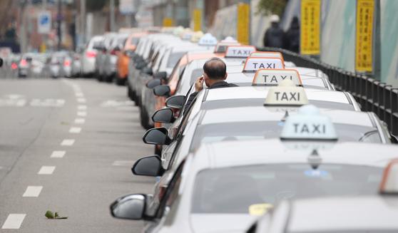 지난해 11월 서울역 인근 도로에서 승객을 기다리는 택시들. [연합뉴스]