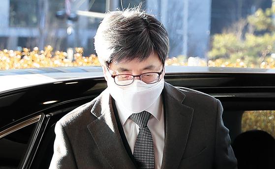 김명수 대법원장이 4일 오전 서울 서초구 대법원으로 출근하고 있다. [연합뉴스]