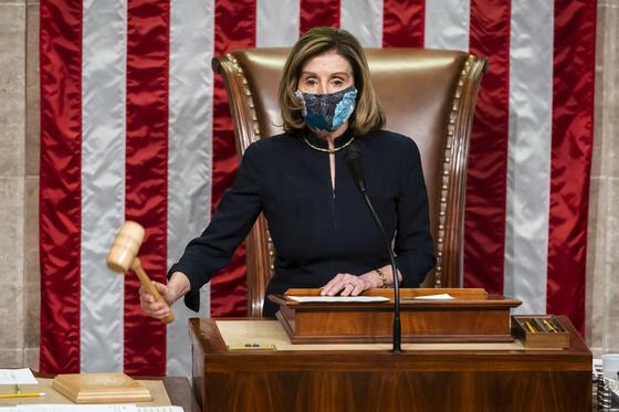 낸시 펠로시 하원 의장이 1월 13일(현지시간) 도널드 트럼프 전 대통령에 대한 두 번째 탄핵안을 의결하고 있다. [EPA=연합뉴스]