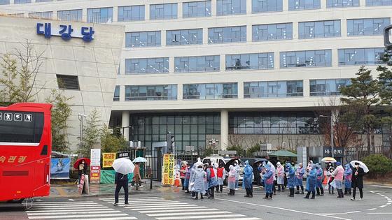 전국에서 모인 전세버스 운전기사들이 지난달 26일 정부세종청사 국토교통부 앞에서 대책 마련을 요구하는 결의대회를 열고 있다. 신진호 기자