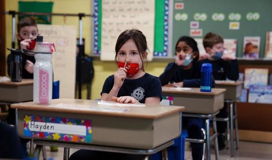 미국 매사추세츠주 보스턴의 한 학교 교실에서 지난달 28일(현지시간) 학생들이 자신의 코 속에 직접 면봉을 집어넣어 신종 코로나바이러스 감염증(코로나19) 검체를 채취하고 있다. [로이터=연합뉴스]