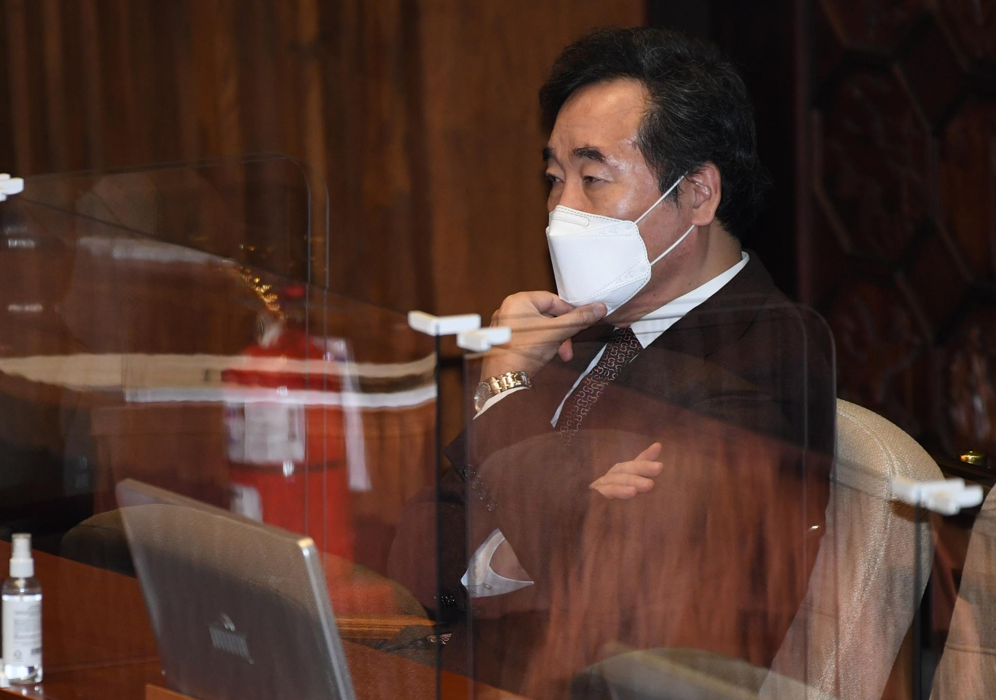 이낙연 더불어민주당 대표가 4일 국회에서 열린 제348회 국회(임시회) 제4차 본회의에 참석해 생각에 잠겨 있는 모습. 오종택 기자