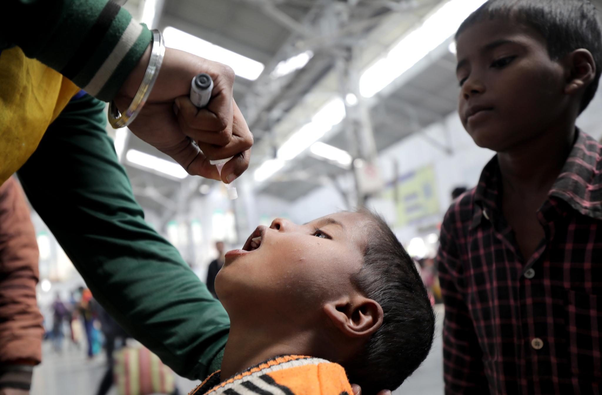 인도의 한 어린이가 경구용 소아마비 백신을 투여받고 있다. 이 사진은 기사내용과 직접적인 관련 없음. EPA=연합뉴스