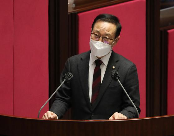 홍영표 더불어민주당 의원이 4일 서울 여의도 국회에서 열린 제348회 국회(임시회) 제4차 본회의에서 정치·외교·통일·안보에 관한 대정부질문을 하고 있다. 뉴스1