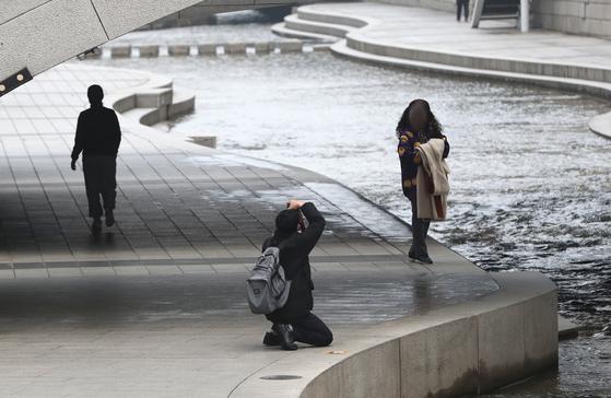 서울 종로구 청계천 일대에서 가벼운 옷차림의 시민들이 이동하고 있다. 4일부터 주말까지는 맑은 날씨와 온화한 기류의 영향으로 날이 점점 따뜻해질 것으로 보인다. 뉴스1